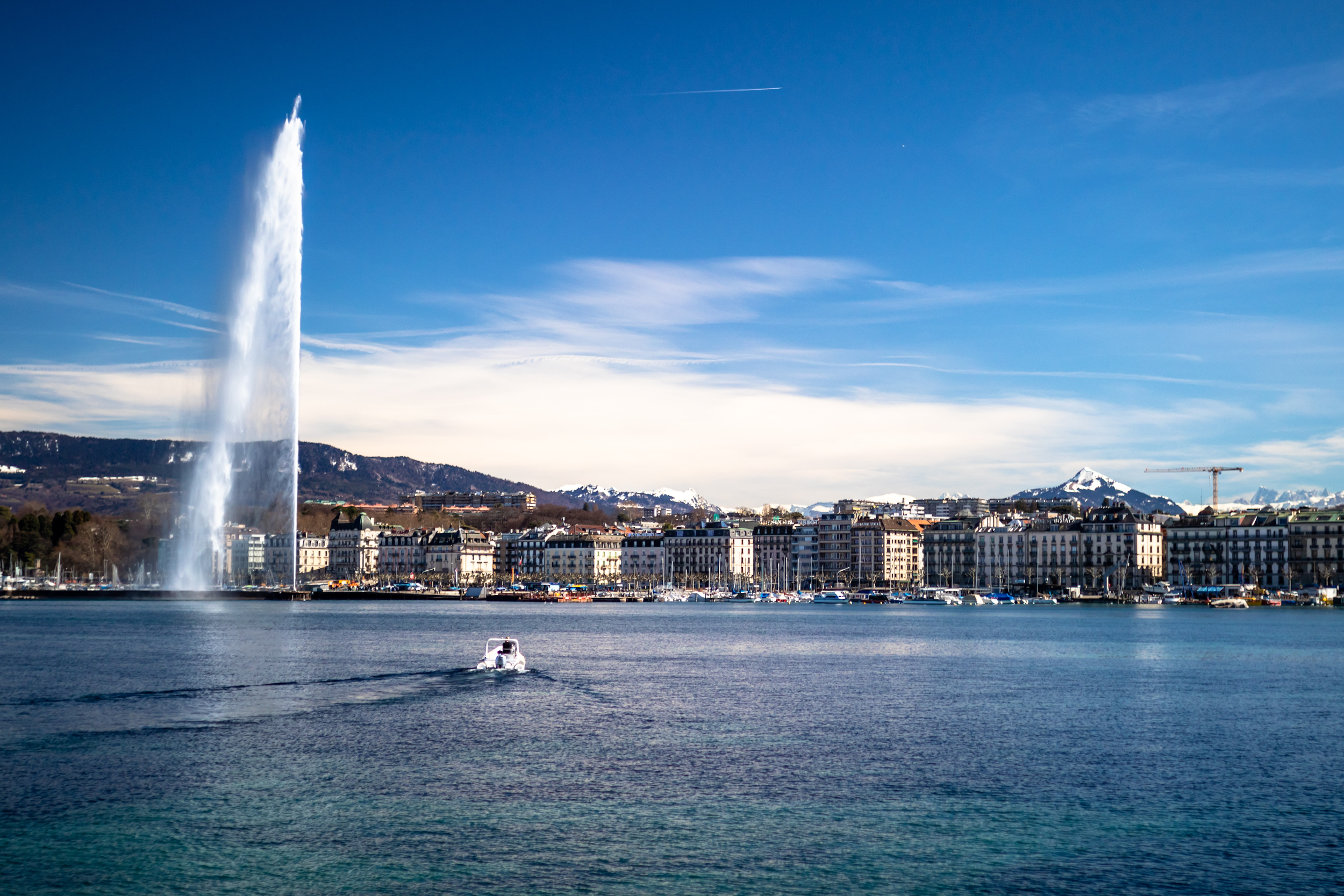 Picture of Geneva city showing lake & buildings